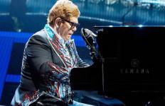 Tangis Elton John Pecah saat Kehilangan Suaranya di Atas Panggung - JPNN.com