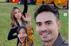 Reza Rahadian Puji Ashraf Sinclar yang Selalu Mengutamakan Keluarga - JPNN.com