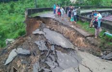 Jembatan Desa Dalam Luar - Talang Padang Putus, Ribuan Warga Terisolasi - JPNN.com