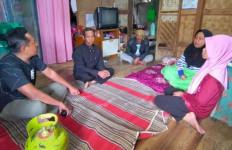 Wanita Hantam Penagih Utang Menggunakan Tabung Gas - JPNN.com
