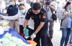 Bea Cukai Palembang dan BNNP Sumsel Musnahkan Barang Haram dari Malaysia - JPNN.com