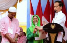 Presiden Jokowi Serahkan 2.576 Sertifikat Tanah di Bireuen Aceh - JPNN.com