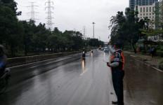 Banjir Surut, Underpass Cawang Penuh Lumpur - JPNN.com