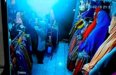 Perempuan Berhijab Terekam CCTV sedang Mencuri di Toko - JPNN.com