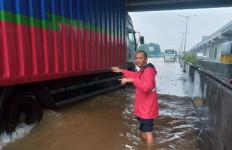 Banjir Mulai Surut, Sebagian Ruas Tol Japek Bisa Dilalui Kendaraan - JPNN.com
