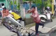 Tak Terima Ditilang, Pengendara Ini Nekat Banting Sepeda Motor di Depan Polisi - JPNN.com