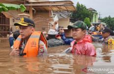 Kapolres Bekasi Terjang Banjir Pimpin Evakuasi Warga - JPNN.com