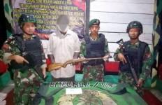 Mantan Simpatisan OPM Mendatangi Prajurit Kostrad Sambil Membawa Senjata Api - JPNN.com