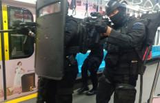 Pasukan Wanteror Brimob Polri Geruduk Stasiun MRT Lebak Bulus - JPNN.com