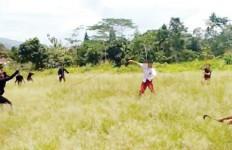 Edan, Siswa SD Tawuran di Lapangan Terbuka, Saling Serang dengan Senjata Tajam - JPNN.com