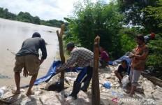 Trauma Bencana Banjir, Warga Patroli Pantau Kondisi Tanggul Sungai - JPNN.com