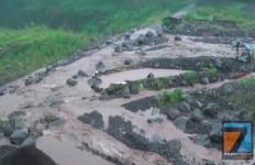 Banjir Lahar dari Gunung Semeru, Para Penambang Kocar-Kacir Menyelamatkan Diri - JPNN.com