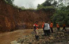 Lahan Makam di Bogor Longsor, 10 Mayat Hanyut - JPNN.com