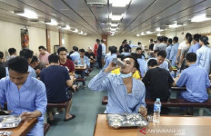 Lihat Suasana saat WNI Kru Kapal World Dream Makan Bareng di KRI Soeharso - JPNN.com