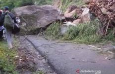 Jalan Utama Garut Tertutup Longsoran Batu - JPNN.com