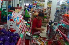 Masih Berani Timbun Stok Bahan Pokok? TNI-Polri Sudah Tunggu di Depan Supermarket - JPNN.com