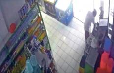 Pria yang Mengaku sebagai Pengurus Masjid Ini Terekam CCTV Berbuat Terlarang di Supermarket - JPNN.com