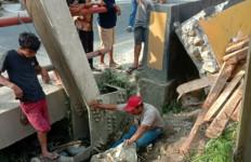 Truk Bermuatan Kayu Terbalik, Satu Orang Tewas - JPNN.com