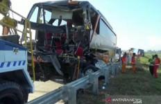 Diduga Supir Mengantuk, Bus Cium Pantat Truk Kemiri, 2 Orang Tewas - JPNN.com