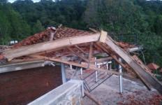 Bangunan di Wisata Air Terjun Dolo Kediri Hancur Disapu Angin Kencang - JPNN.com