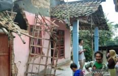 Warga Tertimpa Puing Bangunan saat Terjadi Gempa - JPNN.com