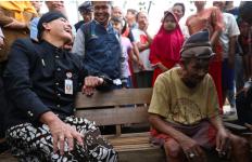 Ganjar dan Mbah Jumadi Berbagi Cerita di Gubuk Reyot itu - JPNN.com