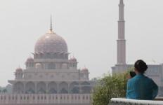 Aturan Baru Malaysia untuk Warga Asing soal Salat di Masjid - JPNN.com