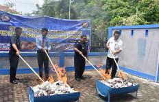 Bea Cukai Bersama Instansi Terkait Musnahkan Ribuan Batang Rokok Ilegal - JPNN.com