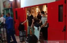 Puluhan TKA Asal Tiongkok di Bandara Memakai Masker, Begini Kata Kapolda - JPNN.com