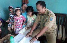 Tidak Semua Ortu Mampu Beli Pulsa, Guru Honorer pun Keliling ke Rumah Siswa - JPNN.com