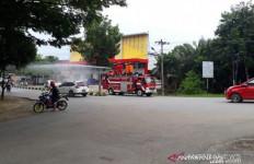 Warga di Rumah Saja, Ruas Jalan Sedang Disemprot Disinfektan - JPNN.com