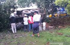 Ngeri! Truk Tangki vs Truk Bermuatan Semen di Jalan Sukabumi-Cianjur - JPNN.com