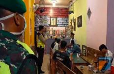 Lagi Asyik Nongkrong di Warkop, Langsung Pucat Didatangi Dandim dan Kapolres - JPNN.com