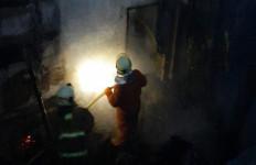 Mencekam, Detik-detik Pabrik Besi Terbakar, 2 Karyawan Terperangkap di Dalam - JPNN.com