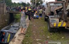 Sopir Ugal-ugalan, Bus Masuk Selokan, Satu Orang Tewas - JPNN.com
