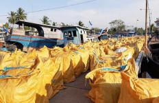 Bea Cukai dan Polairud Amankan 425 Bal Pakaian Bekas Impor Ilegal - JPNN.com