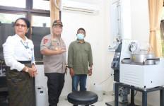 Polda Bali-Unud Manfaatkan Arak Bali Jadi Disinfektan dan Hand Sanitizer - JPNN.com