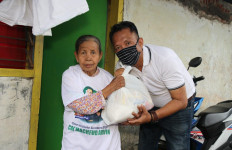 Cak Machfud Beri Bantuan Sembako untuk Warga Tenggilis Selama Sosial Distancing - JPNN.com