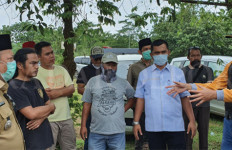 Pemakaman Jenazah Corona di Depok jadi Kontroversi, Sarung Tangan Dibuang Sembarangan - JPNN.com