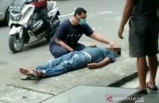 Pria yang Tiba-tiba Terkapar di Pinggir Jalan Dibiarkan Warga Begitu Saja, Takut COVID-19 - JPNN.com