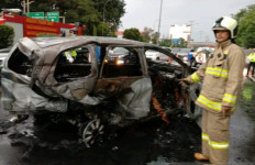Toyota Avanza Ludes Terbakar di Tol Dalam Kota Grogol, Pengemudi Tewas Mengenaskan - JPNN.com