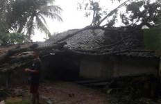 Awalnya Cuaca Ekstrem, Disusul Angin Puting Beliung - JPNN.com