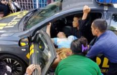 Aiptu Endang Bantu Perempuan Melahirkan di Mobil Patroli, Salut! - JPNN.com