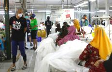 Sambil Gowes Mampir ke Pabrik Garmen, Ganjar: Langsung Saya Borong Semuanya - JPNN.com