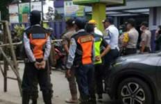 Jalan Menuju Puncak dan Kota Bogor Ditutup Bambu, Camat Lepas Tangan - JPNN.com