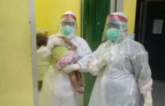 Foto Perawat Menggendong Balita Ini Bikin Warga Prabumulih Makin Khawatir - JPNN.com