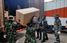 Prajurit TNI Bergerak Cepat Bantu Distribusikan APD ke Berbagai Daerah - JPNN.com