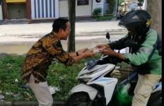 Politikus PSI Membagikan Nasi Kotak ke Warga, Lain Kali Pakai Masker ya, Pak - JPNN.com