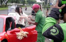 Cantolkan Kerupuk di Mobil Ferrari, Perempuan Cantik Ini Mendadak Viral - JPNN.com