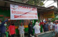 Forum Relawan Jokowi Salurkan Makanan Gratis dan Penyemprotan Disinfektan - JPNN.com